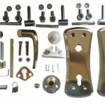 סט מלא כולל זוג פלטות, מגן צילינדר, זוג ידיות מעצור פלסטיק, עיינית לדלת, 3 צירים, ניטים, ואת כל הברגים